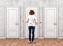 Κορίτσι πριν από πόρτες Στοκ εικόνα με δικαίωμα ελεύθερης χρήσης