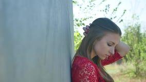 κορίτσι προκλητικό σοβαρό προκλητικό κορίτσι στάσεων κοντά στη βενζίνη βαρελιών πετρελαίου Ένα παλαιό βαρέλι πετρελαίου Στοκ φωτογραφία με δικαίωμα ελεύθερης χρήσης