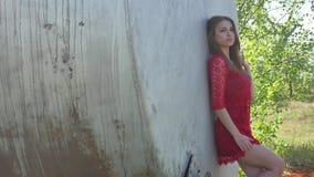 κορίτσι προκλητικό το σοβαρό προκλητικό κορίτσι στέκεται κοντά στη βενζίνη βαρελιών πετρελαίου Ένα παλαιό βαρέλι πετρελαίου Στοκ Εικόνες