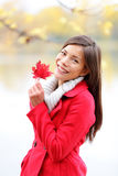 Κορίτσι πτώσης που κρατά την κόκκινη άδεια φθινοπώρου έξω Στοκ εικόνα με δικαίωμα ελεύθερης χρήσης