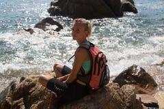Κορίτσι σε έναν απότομο βράχο Στοκ Φωτογραφίες
