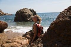 Κορίτσι σε έναν απότομο βράχο Στοκ φωτογραφία με δικαίωμα ελεύθερης χρήσης