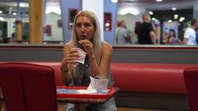 Κορίτσι σε έναν καφέ 4k γρήγορου φαγητού απόθεμα βίντεο