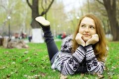 Κορίτσι σε έναν πράσινο χορτοτάπητα Στοκ φωτογραφία με δικαίωμα ελεύθερης χρήσης