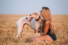 Κορίτσι σε έναν τομέα με ένα σκυλί Στοκ Εικόνες