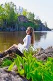 Κορίτσι σε ένα άσπρο φόρεμα στη λίμνη Στοκ εικόνες με δικαίωμα ελεύθερης χρήσης