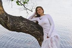 Κορίτσι σε ένα άσπρο φόρεμα στη λίμνη Στοκ Εικόνες