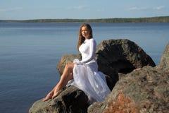 Κορίτσι σε ένα άσπρο φόρεμα στη λίμνη Στοκ Φωτογραφίες