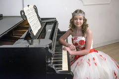 Κορίτσι σε ένα έξυπνο άσπρο φόρεμα με τα κόκκινα λουλούδια στοκ εικόνες