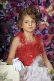 Κορίτσι σε ένα έξυπνο κόκκινο φόρεμα Στοκ εικόνες με δικαίωμα ελεύθερης χρήσης