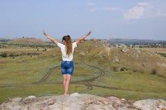 Κορίτσι σε ένα βουνό στο υπόβαθρο της στέπας Στοκ εικόνα με δικαίωμα ελεύθερης χρήσης