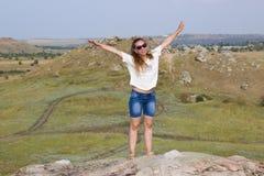 Κορίτσι σε ένα βουνό στο υπόβαθρο της στέπας Στοκ Εικόνες
