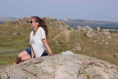 Κορίτσι σε ένα βουνό στο υπόβαθρο της στέπας Στοκ φωτογραφία με δικαίωμα ελεύθερης χρήσης