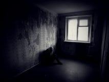 Κορίτσι σε ένα εγκαταλειμμένο ανατριχιαστικό δωμάτιο Στοκ φωτογραφία με δικαίωμα ελεύθερης χρήσης