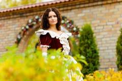 Κορίτσι σε ένα εκλεκτής ποιότητας φόρεμα Στοκ Εικόνες