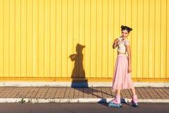 Κορίτσι σε ένα κίτρινο υπόβαθρο τοίχων στοκ φωτογραφία με δικαίωμα ελεύθερης χρήσης