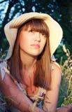 Κορίτσι σε ένα καπέλο στη φύση Στοκ Εικόνες
