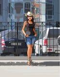 Κορίτσι σε ένα καπέλο κάουμποϋ μια καυτή ημέρα στην πόλη Στοκ φωτογραφία με δικαίωμα ελεύθερης χρήσης