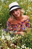 Κορίτσι σε ένα καπέλο, ξανθή γυναίκα σε ένα καπέλο Καλοκαίρι τομέας των λουλουδιών, το κορίτσι σε ένα καπέλο σε έναν τομέα των λο Στοκ Φωτογραφία