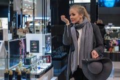 Κορίτσι σε ένα κατάστημα αρώματος Στοκ Φωτογραφίες