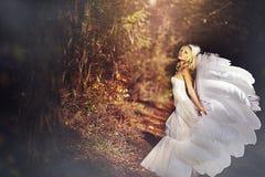 Κορίτσι σε ένα γαμήλιο φόρεμα Στοκ φωτογραφία με δικαίωμα ελεύθερης χρήσης