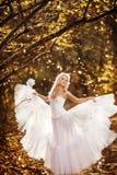 Κορίτσι σε ένα γαμήλιο φόρεμα Στοκ Φωτογραφία