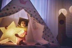Κορίτσι σε ένα κοστούμι αστροναυτών Στοκ Εικόνες