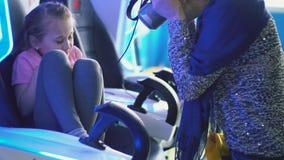 Κορίτσι σε ένα κράνος εικονικής πραγματικότητας απόθεμα βίντεο
