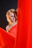 Κορίτσι σε ένα κόκκινο ύφασμα Στοκ Φωτογραφίες