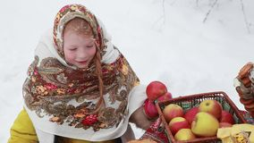 Κορίτσι σε ένα μαντίλι στην οδό Διακοπές καρναβάλι απόθεμα βίντεο