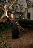 Κορίτσι σε ένα μαύρο φόρεμα στο πάρκο Στοκ Φωτογραφία