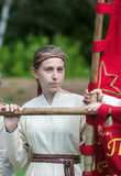 Κορίτσι σε ένα μεσαιωνικό κοστούμι που κρατά ένα έμβλημα στοκ φωτογραφία με δικαίωμα ελεύθερης χρήσης