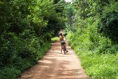 Κορίτσι σε ένα ποδήλατο στη Σρι Λάνκα Στοκ εικόνες με δικαίωμα ελεύθερης χρήσης