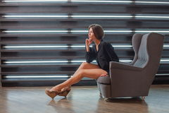 Κορίτσι σε ένα πουκάμισο μαύρων ` s στην καρέκλα του Στοκ φωτογραφία με δικαίωμα ελεύθερης χρήσης