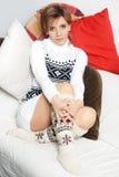 Κορίτσι σε ένα πουλόβερ και τις κάλτσες στοκ εικόνες
