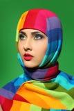 Κορίτσι σε ένα ριγωτό μαντίλι Στοκ εικόνα με δικαίωμα ελεύθερης χρήσης