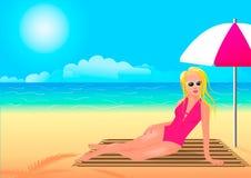 Κορίτσι σε ένα ρόδινο κοστούμι λουσίματος που κρύβει από τον ήλιο κάτω από μια ομπρέλα ελεύθερη απεικόνιση δικαιώματος