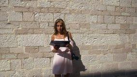Κορίτσι σε ένα ρόδινο φόρεμα με έναν χάρτη απόθεμα βίντεο
