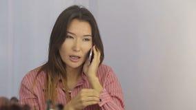 Κορίτσι σε ένα σαλόνι ομορφιάς απόθεμα βίντεο