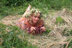 κορίτσι σε ένα στεφάνι των λουλουδιών στη φάτνη Στοκ φωτογραφία με δικαίωμα ελεύθερης χρήσης