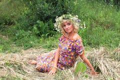 κορίτσι σε ένα στεφάνι των λουλουδιών στη φάτνη Στοκ Εικόνα