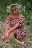 κορίτσι σε ένα στεφάνι των λουλουδιών στη φάτνη Στοκ Φωτογραφίες