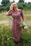 Κορίτσι σε ένα στεφάνι των λουλουδιών, Στοκ φωτογραφία με δικαίωμα ελεύθερης χρήσης