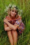 Κορίτσι σε ένα στεφάνι των λουλουδιών, Στοκ φωτογραφίες με δικαίωμα ελεύθερης χρήσης