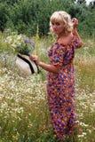Κορίτσι σε ένα στεφάνι των λουλουδιών, Στοκ εικόνα με δικαίωμα ελεύθερης χρήσης