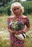 Κορίτσι σε ένα στεφάνι των λουλουδιών, Στοκ Εικόνες