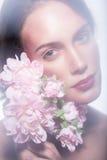 Κορίτσι σε ένα στεφάνι των όμορφων λουλουδιών Στοκ εικόνα με δικαίωμα ελεύθερης χρήσης