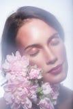 Κορίτσι σε ένα στεφάνι των όμορφων λουλουδιών Στοκ Εικόνες