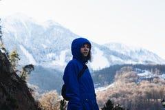 Κορίτσι σε ένα υπόβαθρο βουνών στοκ φωτογραφίες με δικαίωμα ελεύθερης χρήσης
