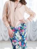 Κορίτσι σε ένα φωτεινές σακάκι και μια φούστα Στοκ Εικόνα
